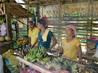 リョレンテの朝市(Open Market at Llorente)